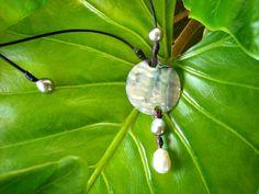 Perles de Tahiti perle blanche d'Australie abalone by PerlaMundi, €490.00 #tahitianpearls #tahitian #pearls #boho #bohemian #handdmade #organic #gypsy #jewels #madeinfrance #giftingluxury #blackpearls #surf #surferjewelry #surf #surfer #handmade #beach #jewelry #jewel #perlamundi #perla #mundi #bracelets #necklaces #earrings #tahiti