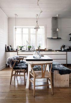 La silla CH24 Wishbone Chair de Carl Hansen se ve hermosa en una cocina moderna.
