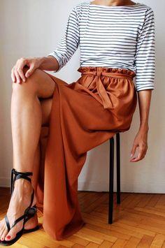 Dieser rostbraune Maxirock mit Schleife fällt leicht und modern. Der Einschnitt gibt dem sehr femininem Maxirock eine verführerische Note. Kombiniere ihn lässig - zum Beispiel mit einem einfachen, schwarzen Top oder einem gestreiften Longsleeve wie hier! | Stylefeed