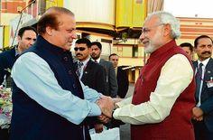Pakistanin pääministeri Nawaz Sharif (vas.) oli Lahoren lentokentällä vastaanottamassa Intian pääministeriä Narendra Modia, kun tämä saapui joulupäivänä yllätysvierailulle Pakistaniin.