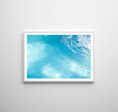 FOTOGRAFIE Poolwasser | FineArt Poster  Das erfrischende blaue Wasserbild ist auf hochwertigem FineArt Papier gedruckt und bietet gerahmt oder als Poster eine schlichte Dekoration für dein Zuhause. Der Fotodruck mit dem Pool-Motiv in DIN A4 ist ein toller Blickfang an deiner Wand.  #schwimmbad #erfrischung #türkis