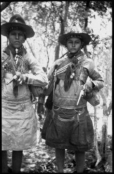Moça e Inhacinha, foto de Benjamim Abrahão de 1936. Na imagem é possível reparar nos vestidos típicos das mulheres cangaceiras, feitos com tecidos grossos e vários bolsos pra manter a funcionalidade
