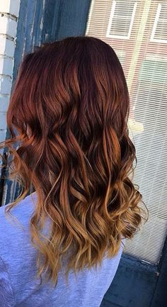 Melts from a deep copper to a light copper blonde My Hairstyle, Messy Hairstyles, Pretty Hairstyles, Medium Hair Styles, Curly Hair Styles, Natural Hair Styles, Wavy Hair, Dyed Hair, Red Ombre Hair