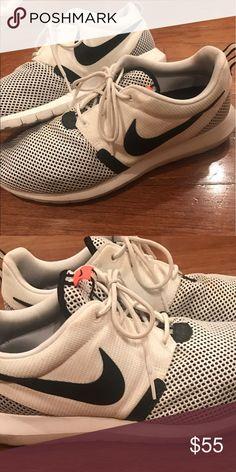 Nike Roshe Men's size 10.5 Men's lightly used Nike Roshe size 10.5 Nike Shoes Sneakers