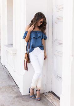 O retorno dos babados. Look casual chic ocm jeans skinny branco, blusa jeans de babados e sandália de salto grosso. Amei!