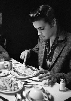 Elvis eating Breakfast in 1956 at the Jefferson Hotel