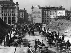 Die 1908 neu angelegte Uraniastrasse. Links und rechts sind die Reste des abgetragenen Oetenbachhügels zu sehen. Switzerland, Times Square, The Past, Street View, Travel, Kunst, Viajes, Trips, Traveling