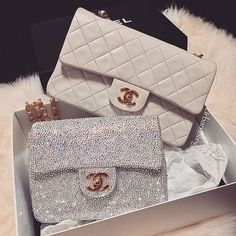 Image discovered by M A J E S T A Y♡. Find images and videos about white, gold and chanel on We Heart It - the app to get lost in what you love. Chanel Handbags, Fashion Handbags, Purses And Handbags, Fashion Bags, Chanel Bags, Chanel Chanel, Gucci Bags, Womens Fashion, Luxury Purses