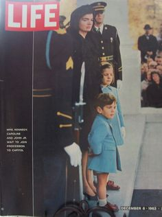 1963 Jackie Kennedy, daughter Caroline and son John Kennedy Jr. Estilo Jackie Kennedy, Les Kennedy, John Kennedy Jr, Caroline Kennedy, Jfk Jr, Carolyn Bessette Kennedy, Jacqueline Kennedy Onassis, Life Magazine, Magazine Stand