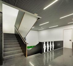 Núcleo comunicación vertical. Centro de especialidades médicas por CrystalZoo. Fotografía © David Frutos.