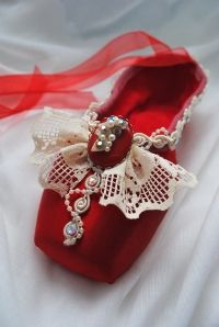 Love these decorated ballet pointe shoes! So cute!