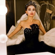 """Natalie Portman in Black Swan. Black Swan A ballet dancer wins the lead in """"Swan Lake"""" and is perfect for the role of the delicate White Swan - Princess Odette - but slowly loses her mind as she becomes more and more like Odile, the Black Swan. Black Swan Kostüm, Black Swan Movie, Black Swan 2010, White Swan, Black Swan Fancy Dress, Black Swan Scene, Dark Swan, Black Tutu, Natalie Portman Black Swan"""