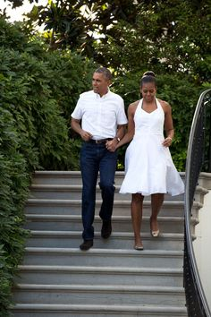 EVGENIA GL COUPLES President Barack Obama and First Lady Michelle Obama walk down the South Portico stairs to greet guests during the Fourth of July celebration on the South Lawn of the White House, July Black Presidents, Greatest Presidents, American Presidents, American History, Native American, American Soldiers, British History, American Women, Michelle Obama Fashion