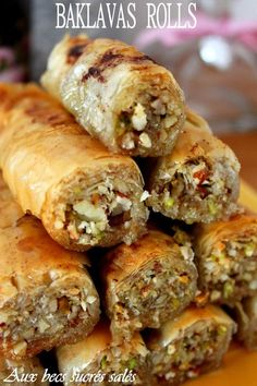 Ramadan recipes 478014947942126523 - Baklavas rolls amandes, noisettes, pistaches Source by sandrinesoulas Ramadan Desserts, Ramadan Recipes, Phyllo Recipes, Cooking Recipes, Eid Cake, Tandoori Masala, Greek Recipes, Spanish Recipes, International Recipes