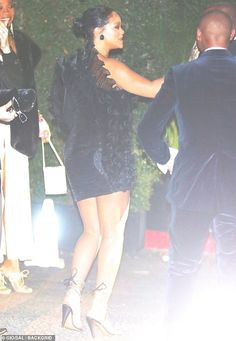 Rihanna Street Style in a Black Crisscross Tie Sandals Arriving At the Chateau Marmont Hollywood, Autumn Winter Rihanna Shoes, Rihanna Riri, Rihanna Street Style, Winter Skirt, Oscar Party, St Michael, Wearing Black, Black Sandals, Trendy Outfits