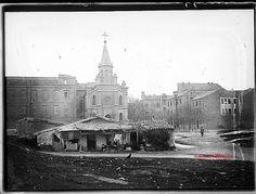 Iglesia de Nuestra Señora de la Paz, en el otro lado de la calle Doctor Esquerdo. Formaba parte del asilo de San José y del Colegio de la Paz. En primer plano las infraviviendas que había en la futura prolongación de O'Donnell. Hacía 1930