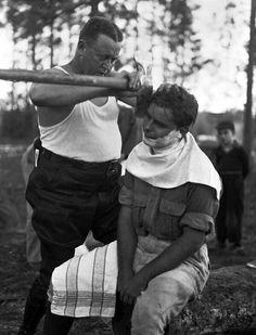 Leñadores que se cortan las barbas con un hacha.