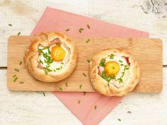 Broodje ei uit de oven met spek en kaas. Lekker en makkelijk recept voor pasen bij het ontbijt of brunch.