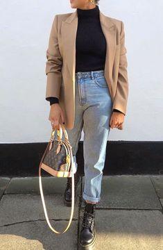Mode femme automne/hiver avec un jean mum un top col roulé noir un blazer bei # Casual Outfits baddie winter Beige Blazer Outfit, Blazer Outfits Casual, Blazer Outfits For Women, Jeans Outfit Winter, Look Blazer, Chic Winter Outfits, Mom Jeans Outfit, Blazer With Jeans, Blazer Fashion