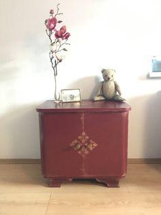 Nachttisch Dunkelrot Kommode Vintage Schränkchen Nachttisch Design Rot Art Deco Ornamente 2 Türen Shabby Look, Bedside Table Design, Art Deco, Red Art, Chest Of Drawers, Dark Red, Free Design, Doors, Cabinet