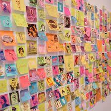 Een post-its muur, waar mensen hun commentaar, gevoelens of wat dan ook kunnen opschrijven