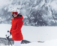 Look good and feel great: this utterly feminine down jacket, with its figure-hugging fit and color block design, really stands out on the slopes.