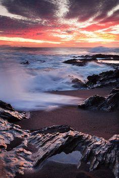La isla de Fuerteventura es, quizá, una de las más mágicas de las Islas Canarias. La intensa aridez de su terreno, sus paisajes volcánicos que parecen sacados de otro mundo y el fuerte viento que sopla sin cesar en la costa hace de esta isla un lugar sorprendente. Porque la mayoría de los visitantes no se espera que un lugar tan inhóspito a primera vista sea a la vez tan acogedor y tan asombroso. Con inmensas playas de dunas en su litoral, el centro de Fuerteventura está formado por ...
