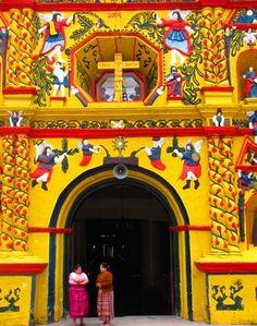 La iglesia de San Andrés Xecul, en Totonicapán tiene una arquitectura y colores impresionantes. ¡Esta es Guate, color y arte!