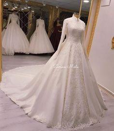 Yorumlarınızı bırakmayı unutmayın⚜️aşıkları çok fazla biliyoruz ⚜️ Bu seneye damgasını vuran ilk paylaşmak istediğimiz favori gelinliklerden biri ⚜️ Fiyat soruları sadece dm den cevaplanır Muslim Wedding Gown, Muslimah Wedding Dress, Muslim Wedding Dresses, Bridal Dresses, Elegant Ball Gowns, Dresses Elegant, Lovely Dresses, Fairytale Bridal, Gorgeous Wedding Dress