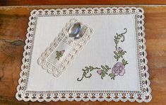 This Pin was discovered by Emi Crochet Flower Tutorial, Easy Crochet Patterns, Cross Stitch Patterns, Place Mats Quilted, Cross Stitch Heart, Yarn Shop, Embroidery Jewelry, Deco Table, Decoration Table