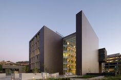 Edificio Terraza, en Huechuraba, Santiago de Chile. Construido en el año 2014 responde a un encargo de un importante grupo inmobiliario.  Más fotos en