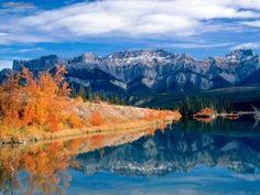 Wabamun Lake, Canadá, EDMONTON. Es uno de los lagos mas utilizados de la región de Alberta. Se encuentra ubicado a 65 kilómetros al oeste de la ciudad de Edmonton, capital de la región. Tiene 19 kilómetros de largo por 7 kilómetros de ancho, cubriendo una superficie de 80 kilómetros cuadrados. Embarcaderos, campings y puertos deportivos se encuentran en sus orillas incluyendo un parque provincial con hermosas playas.
