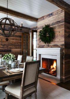 joli salon avec cheminée d'intérieur moderne et murs en planchers