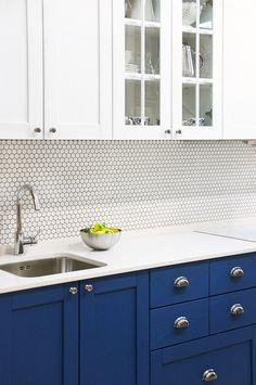 Маленькая синяя кухня в скандинавском стиле из массива ясеня. Красится в любые цвета на заказ по раскладке RAL и Wood Color, может быть любого размера.