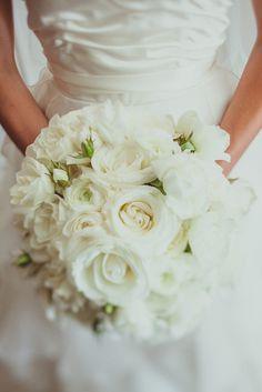 fresh white wedding bouquet | white wedding bouquet | rose wedding bouquet | romantic wedding bouquet | monochromatic wedding bouquet | Photographer: IQphoto Studio