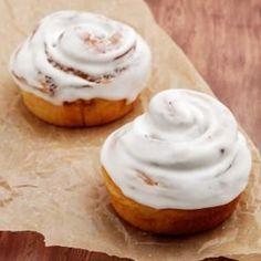 シナモンシュガーを生地で巻いた、香ばしく甘いシナモンロール。 アクセントとなるアイシングをかけるとパン屋さんのようなできばえになりますよ。