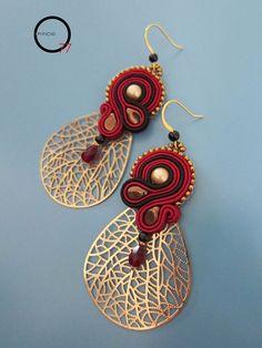 Orecchini soutache rosso e nero con perline rocailles, perle Swarovski, gocce in cristallo ed elementi filigranati a petalo. Design Giada Zampar -Opificio77-
