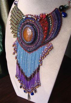 Si vous êtes à la recherche pour les bijoux pour les soirée et si vous voulez quelque chose de différent, que ce collier est la réponse.  Le perlage