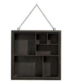 gro e glasvitrine mit einem rahmen aus metall und seiten. Black Bedroom Furniture Sets. Home Design Ideas