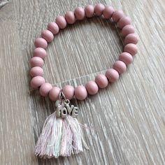 "Armband van 8mm vintage roze hout met metalen ""Love"" en pastel kwastje. Van JuudsBoetiek, te bestellen op www.juudsboetiek.nl."