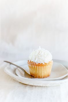 Vanilla coconut cupcake from Kara's cupcakes in San Francisco (dessert in white color) … See many more sweets from San Francisco in rainbow colors (10 different colors / roughly about 100 photos) on the blog, circahappy.com