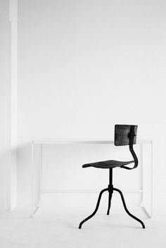 If this isn't minimalist office decor, then I don't know what is! This is minimalism in its truest form… just the bare essentials: a desk & chair.