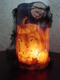 Mod Podge a Napkin to a glass vase. This would work for any holiday. Just a picture to inspire. Website is not in English.