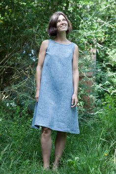 A-line linen dress with tie back tutorial sort of pattern Women's A Line Dresses, Simple Dresses, Nice Dresses, Summer Dresses, Linen Dress Pattern, Shift Dress Pattern, Lino Natural, Natural Linen, Sewing Dresses For Women