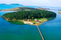 Monasterio ortodoxo bizantino de Saint-Mary en la isla de Zvernec, en la laguna de Narta en Vlore, Albania