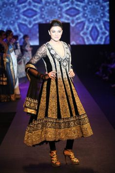 Sushmita Sen looks pretty styling in Ritu Kumar's Panchvastra collection