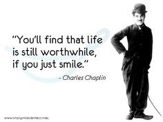 """Encontrarás que la vida todavía vale la pena, si simplemente sonríes."" ♣♣♣ ""You'll find that life is still worthwhile, if you just smile."" ~ Charles Chaplin"