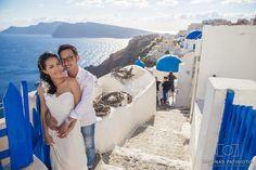Santorini photography. Destination wedding photographer! Oia village in Santorini, Greek islands.  By: Kimonas Patiniotis Photography www.santoriniphotography.com