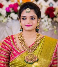 Traditional Southern Indian bride wearing bridal saree, temple jewellery and hairstyle. Bridal Looks, Bridal Style, Indische Sarees, Tamil Brides, Temple Jewellery, Gold Jewellery, Saree Jewellery, Jewellery Designs, Jewelry Patterns