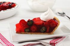 Summer's bounty of blueberries, raspberries and strawberries are mixed with fruity red gelatin, then spooned into a graham cracker crust for a refreshing summer pie. Jello Recipes, Pie Recipes, Baking Recipes, Dessert Recipes, Summer Berry Pie Recipe, Summer Pie, Triple Berry Pie, Mixed Berry Pie, Berry Cheesecake